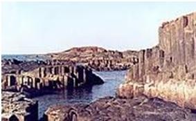 शिला स्मारके : स्तंभीय बेसाल्ट (Rock Monuments : Columnar Basalt)