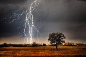 वीज पडणे / कोसळणे (Lightning Strike)